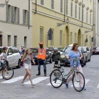 Parma, l'integrazione è una paletta: il debutto dei rifugiati - vigili