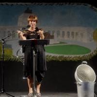 Lella Costa incanta il pubblico di Parma con Il pranzo di Babette