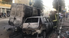 Incendio distrugge furgone e auto