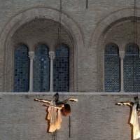 Parma, danzatori sospesi e visioni per l'inaugurazione del Festival Verdi