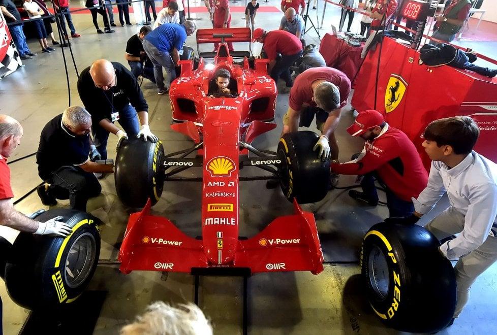 Parma, a Mercanteinfiera Autunno il cambio gomme della Ferrari