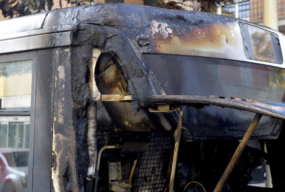 Parma, le foto del bus andato a fuoco in via Trento