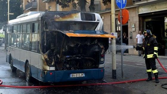 """Parma, quarto bus a fuoco in sei mesi. L'azienda: """"Ci danneggiano"""""""