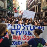 """Studenti in piazza: """"Più finanziamenti alla scuola"""""""