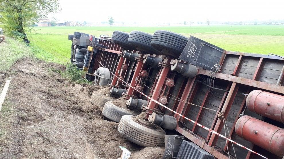 Parma, camion del latte si ribalta: facchini lo svuotano cartone dopo cartone
