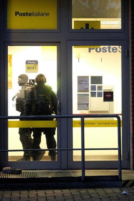 Reggio Emilia, le foto del blitz alle Poste che ha salvato gli ostaggi