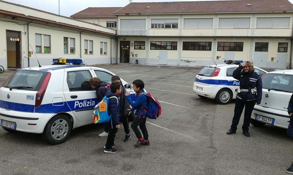 Fidenza, lo scuolabus non c'è: alunni scortati a casa dai vigili