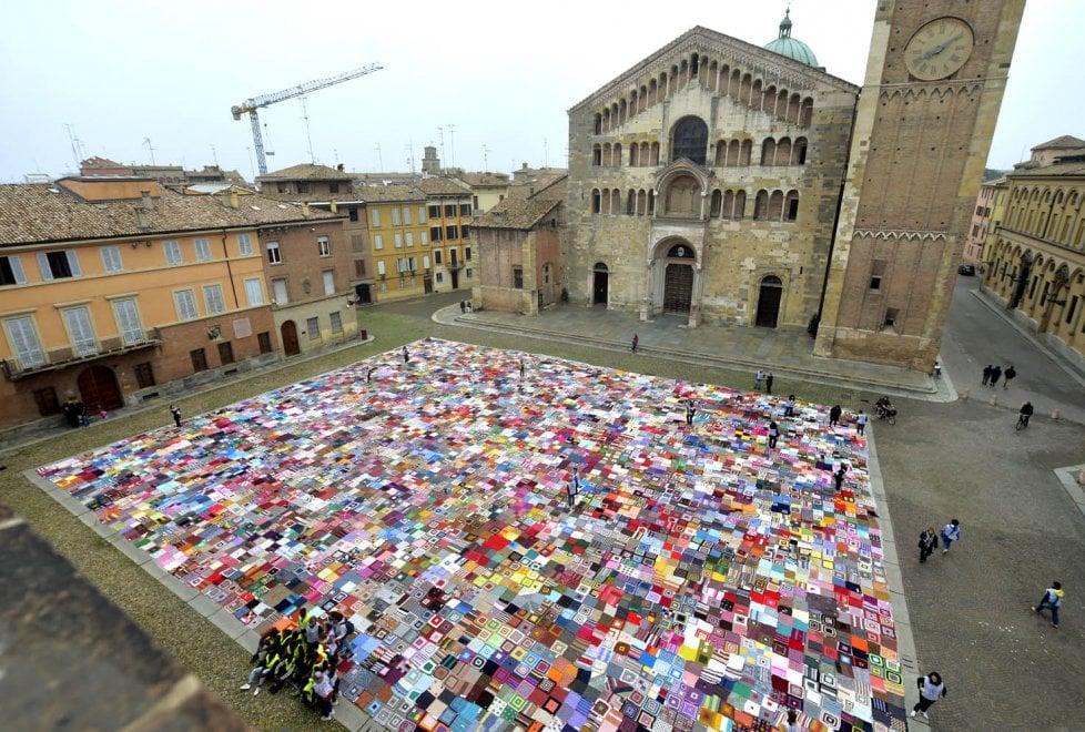 Parma, una grande coperta contro la violenza sulle donne - Foto