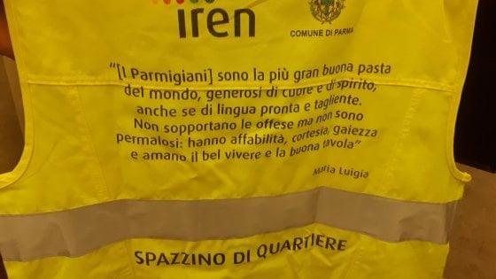"""A Parma lo spazzino """"poetico"""": sulle divise frasi dedicate alla città"""