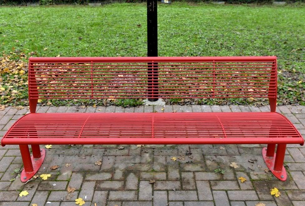 Violenza contro le donne, una panchina rossa nel parco Venturini a Parma - Foto