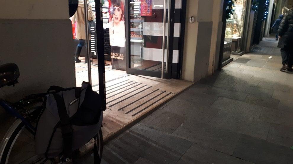 Parma, l'ordinanza anti smog è un optional: porte dei negozi spalancate - Foto