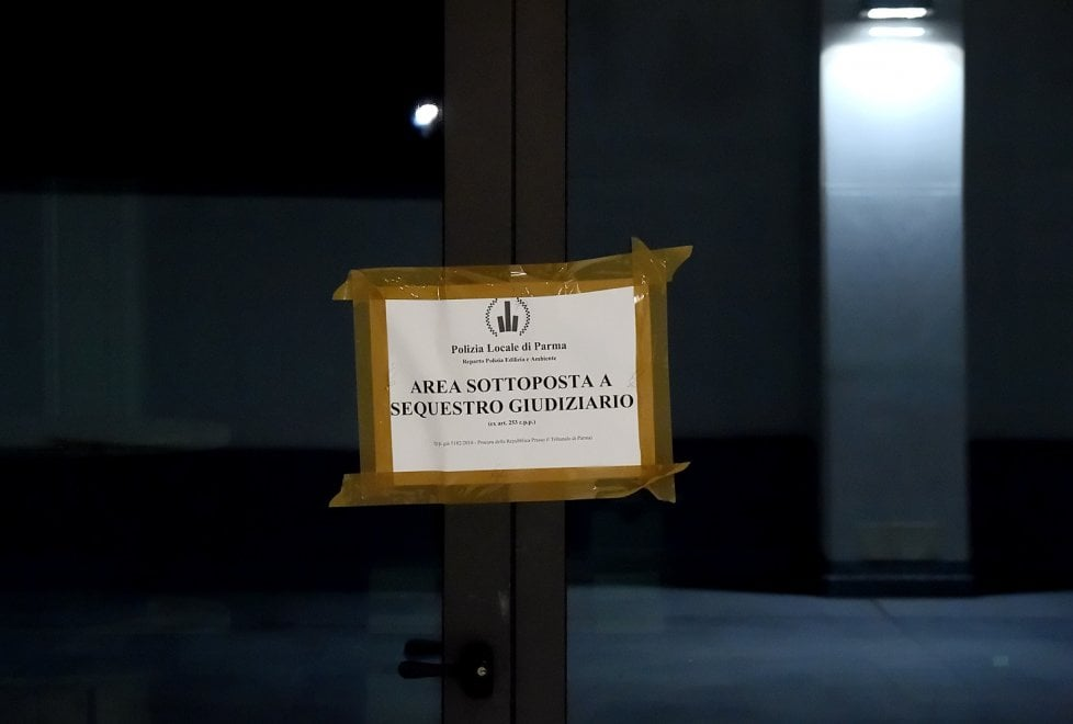 """Via Spezia, la municipale sequestra il """"cilindrone"""" di vetro"""