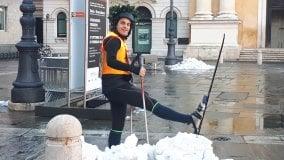 Il laureato in piazza sugli sci