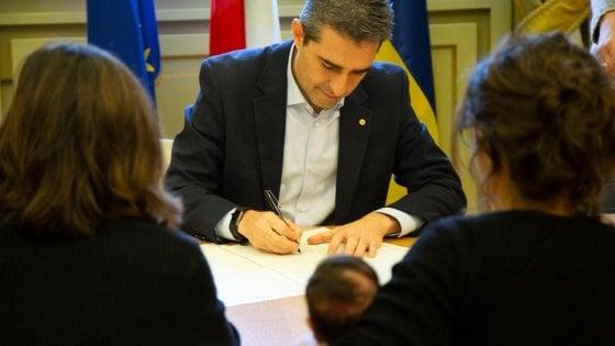 Coppie gay: a Parma Pizzarotti firma quattro atti nascita