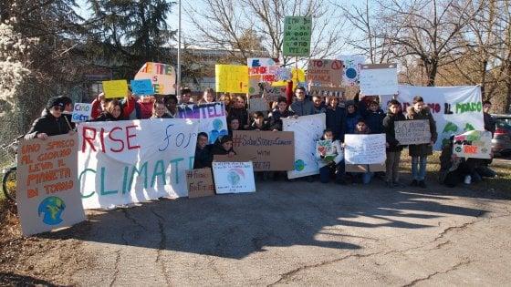 """""""Non rubateci il futuro"""": a Salso alunni scioperano per il clima"""