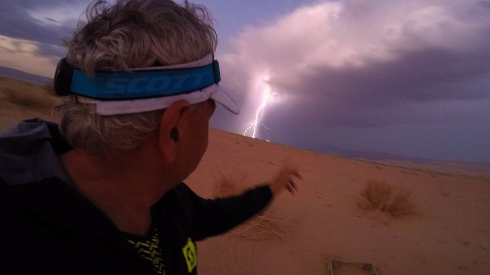 La tempesta insegue Pugolotti, maratoneta parmigiano nel deserto - Foto