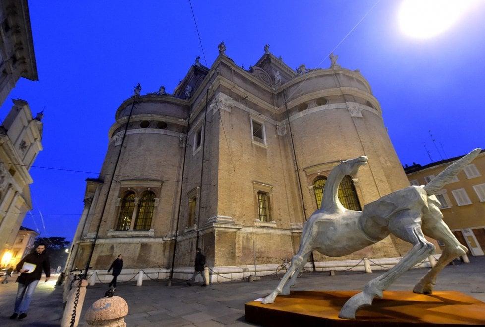 Parma, il cavallo di Mario Pavesi domina piazza della Steccata - Foto