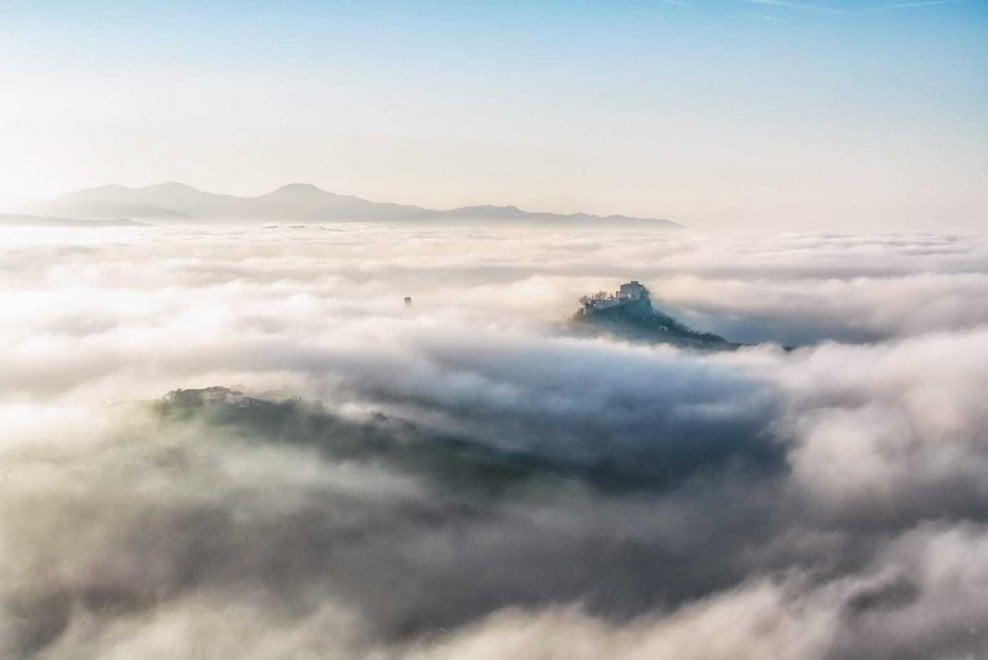 Rossena, il castello spunta fra le nuvole - Foto