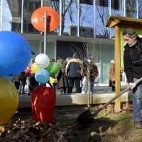 La speranza mette radici: piantato un melograno nel giardino della Pediatria a Parma - Foto