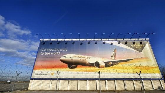 """Pizzarotti: """"I voli cargo non spostano il punto"""". Il comitato: """"Non conosce il progetto"""""""