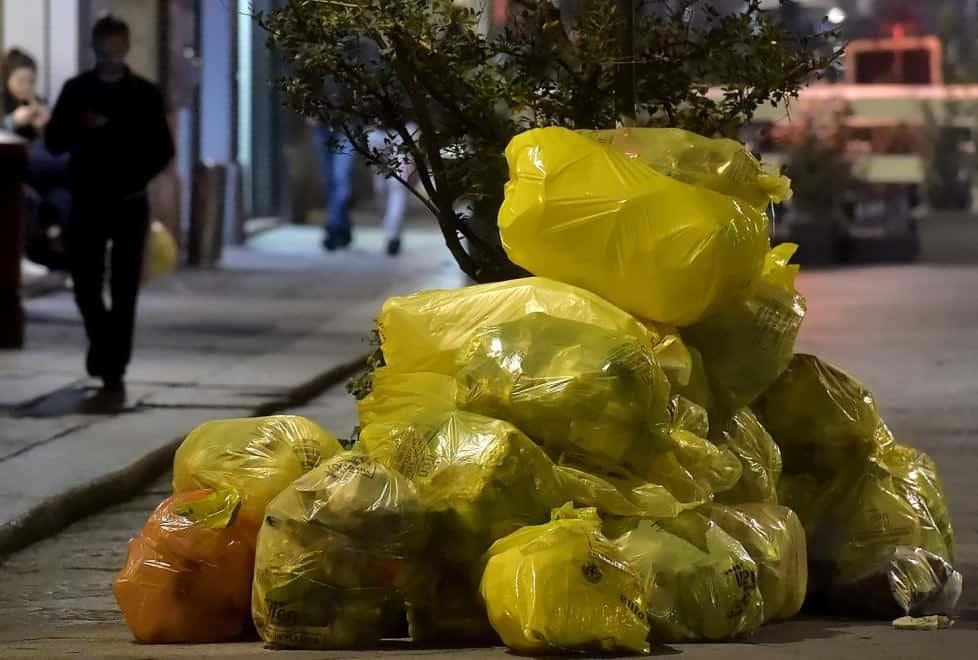 Raccolta rifiuti, in centro storico i sacchi gialli per la plastica avranno il chip