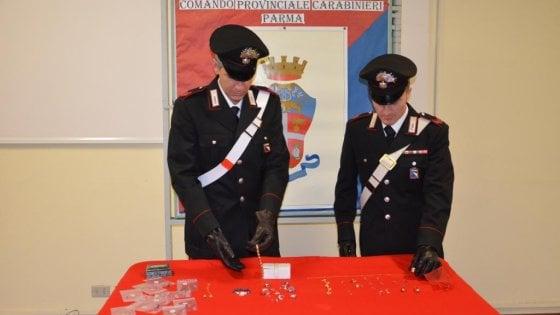Parma, colf ruba i gioielli e posta le foto su facebook: denunciata