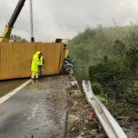 Camion si ribalta lungo la A15: il conducente perde la vita