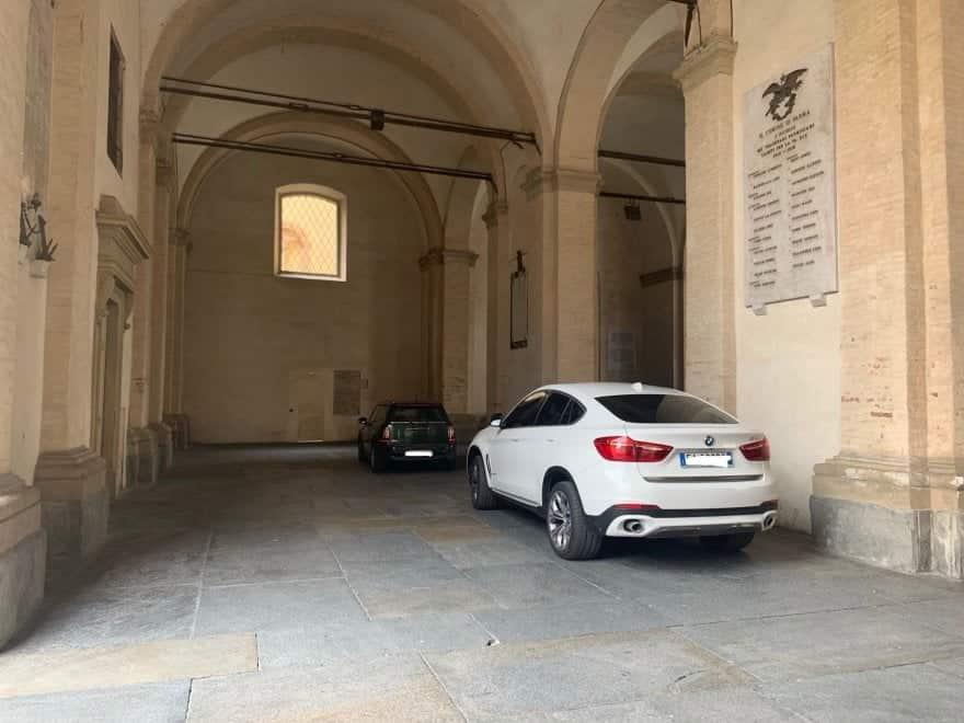 """Auto in sosta nei portici del Grano, Salzano: """"Privilegi? Noi le auto blu le abbiamo vendute"""""""