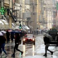 Mille Miglia 2019: le auto attraversano Parma sotto la pioggia - Foto