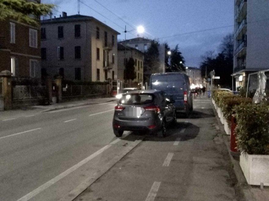 Parma, scene di ordinaria inciviltà stradale - Foto