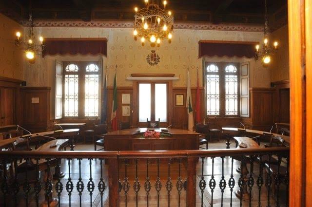 Debiti in bolletta, a Fidenza il Consiglio blocca l'ingresso del leghista più votato
