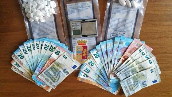 Lanciano droga dalla finestra, polizia li incastra: due arresti a Parma