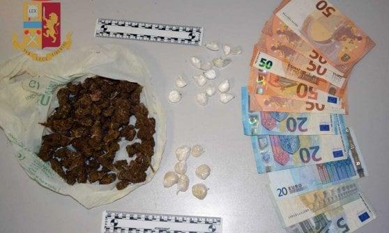 Parma, la polizia trova i soldi della droga nascosti nella bibbia