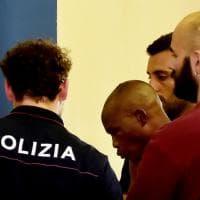 Parma, coltello in mano provoca il panico in centro: il fermo della polizia - Foto