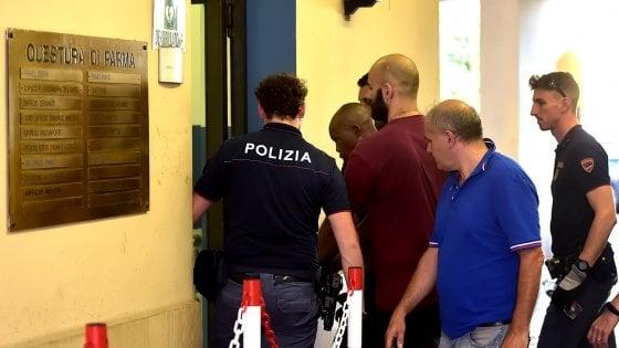 Parma, scorribanda in centro con il coltello: uomo fermato dai poliziotti