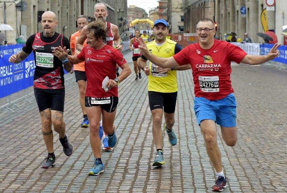 Pioggia, sudore e lacrime di gioia: scatti dalla Parma Mezza Maratona - Foto