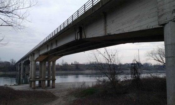 Mezzi vietati sul ponte Verdi a Roccabianca, scattano i controlli notturni