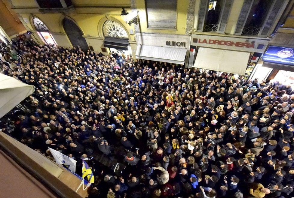 Comizio di Salvini a Parma, muro di folla in via Farini ...
