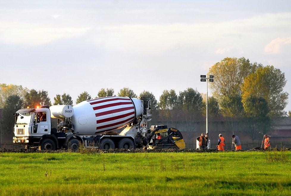 Aeroporto di Parma, iniziati i primi lavori sulla pista - Foto
