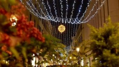 Le luci di Natale avvolgono la città -  Foto