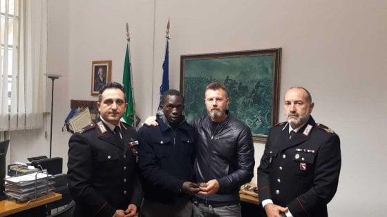 Parma, ambulante trova Rolex in strada e lo consegna al proprietario che lo assume