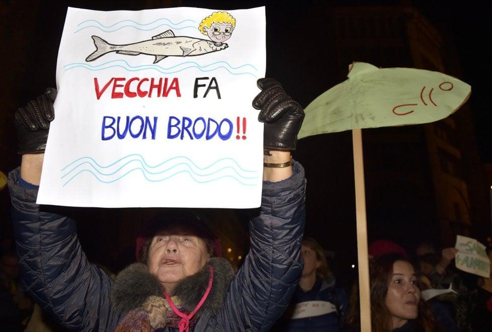 """Parma, cartelli e striscioni: la piazza delle """"sardine"""" - Foto"""