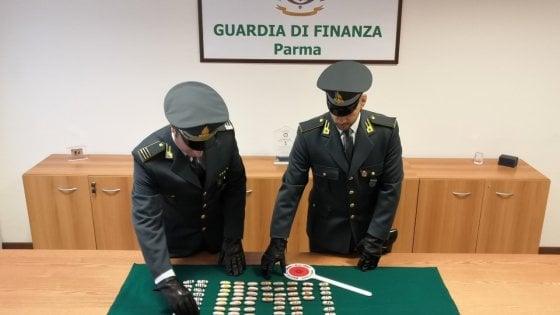 Parma, la Finanza arresta un corriere con un kg di droga nello stomaco