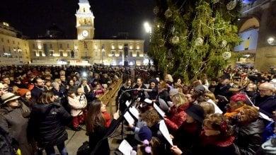 Piazza piena per l'accensione dell'albero di Natale -  Foto