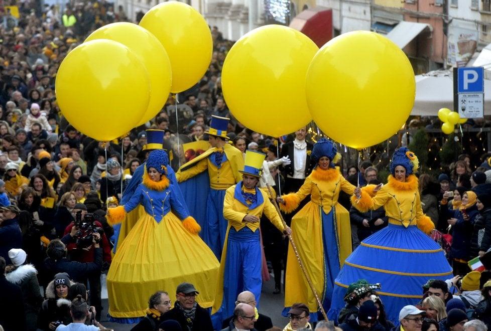 Parma 2020, giallo felicità: festosa parata e piazza stracolma - Foto