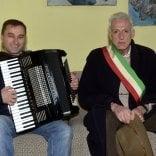 Il fisarmonicista posa  la prima pietra e suona  a Villa Berceto -  Video