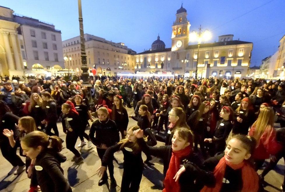 One Billion Rising: piazza piena a Parma contro la violenza sulle donne - Foto