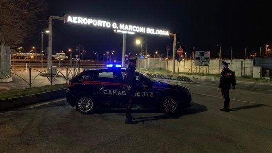 Da Parma all'aeroporto di Bologna per una vacanza: denunciati dai carabinieri