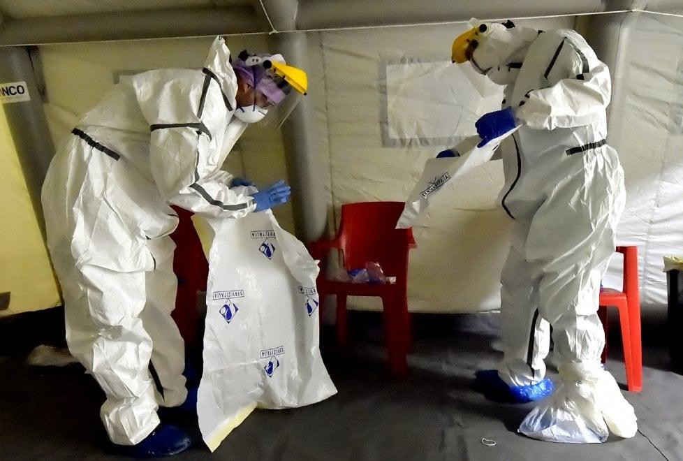 """Parma, la vestizione dei sanitari: così si """"armano"""" contro il coronavirus - Foto"""