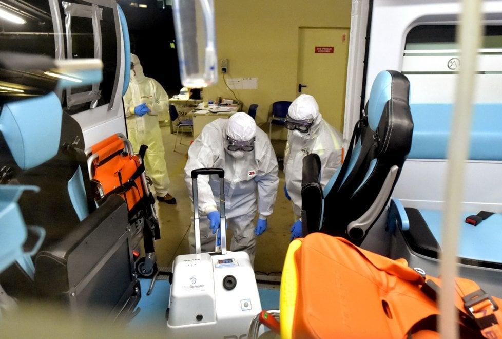 Coronavirus, nel parcheggio del Ps di Parma la sanificazione delle ambulanze